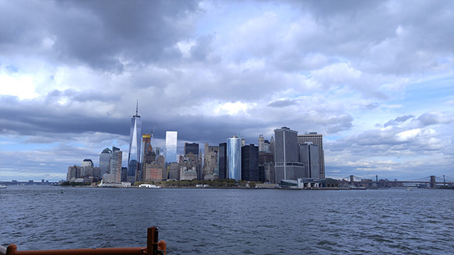 뉴욕을 바다에서 바라본 모습 부른빛으로 보인다
