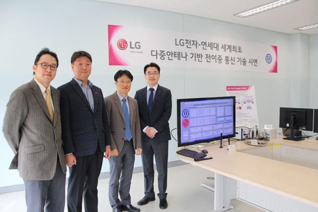 연세대학교 송도 국제 캠퍼스에서 LG전자-연세대 개발 관계자들이 시연 성공을 기념해 포즈를 취하고 있습니다.
