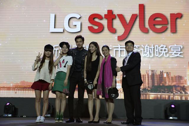 LG전자 중국 광고 모델로 활동하고 있는 한류스타 이민호씨(맨 왼쪽에서 세번째)가 팬들과 기념 촬영을 하고 있습니다.