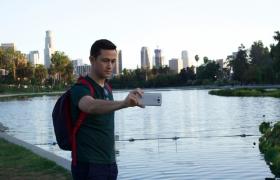 영화배우 조셉고든레빗이 'LG V10'을 들고 'LG V10' 미국 TV광고 영상을 촬영하고 있는 모습 입니다.