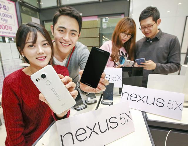 모델이 휴대폰 매장에서 20일 출시되는 '넥서스 5X'를 선보이고 있습니다.