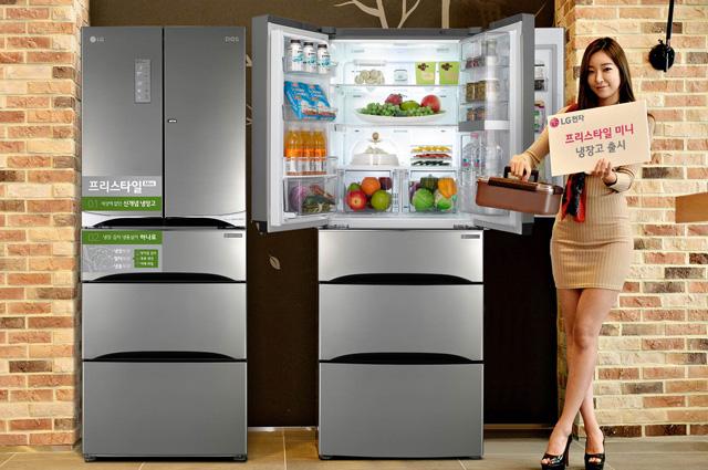 모델이 김치냉장고와 냉장고를 결합한 신개념 냉장고 '프리스타일 미니'를 소개하고 있습니다.