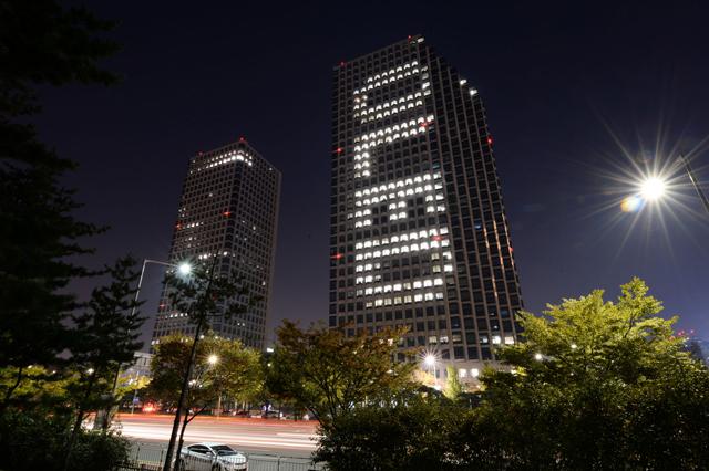 여의도 LG트윈타워 '올레드' 점등광고 이미지 입니다.