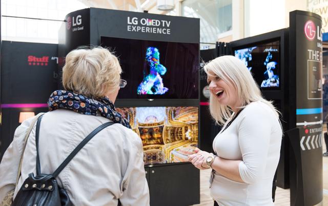 영국 카디프(Cardiff)의 세인트 데이비스 센터(St. David's Centre)에 마련한 LG 올레드 TV 전시공간에서 LG전자 직원이 고객들에게 LG 올레드 TV를 소개하고 있습니다.