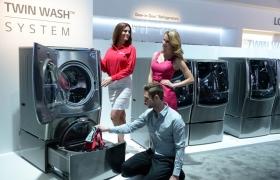 올해 초 미국 라스베이거스에서 열린 CES 2015에서 LG전자 모델들이 트윈워시 세탁기를 살펴보고 있습니다.
