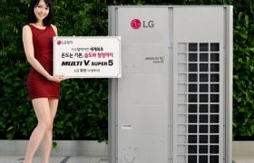 모델이 LG전자 '멀티브이 슈퍼5'를 소개하고 있습니다.