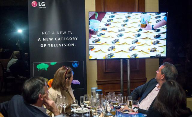 미국 뉴욕 맨하튼의 고급 레스토랑에서 'LG 올레드 TV 디너(LG OLED TV Dinner)' 이벤트를 진행하고 있는 모습 입니다.