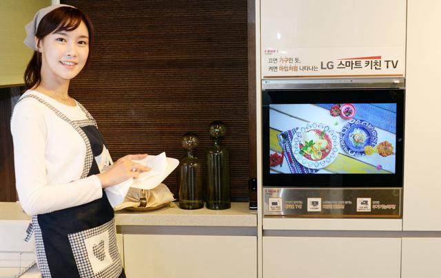 모델이 목동 한샘 플래그 샵에서 '스마트 키친 TV'를 소개하고 있습니다.