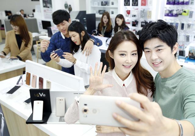 모델이  'LG V10' 제품으로 셀피 촬영하고 있는 모습 입니다.