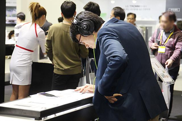 LG V10의 사운드를 직접 청음하는 관람객
