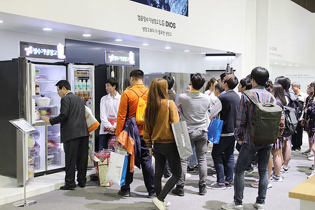 디오스 얼음정수기냉장고를 살펴보는 관람객들의 모습
