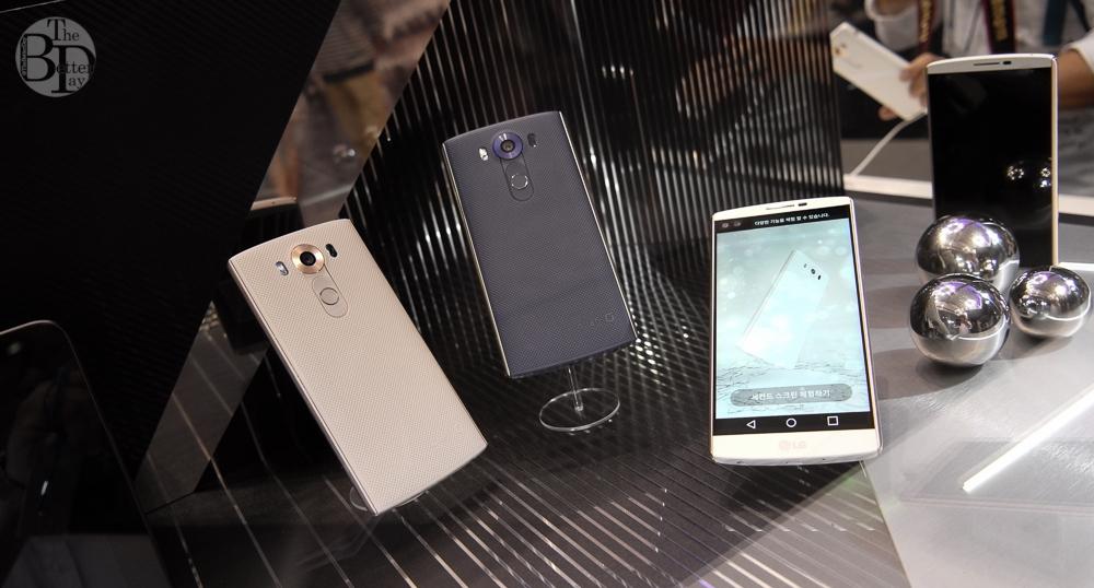 왼쪽부터 차례로 LG V10 '모던 베이지', '오션 블루' 그리고 '럭스 화이트'가 진열되어 있다.
