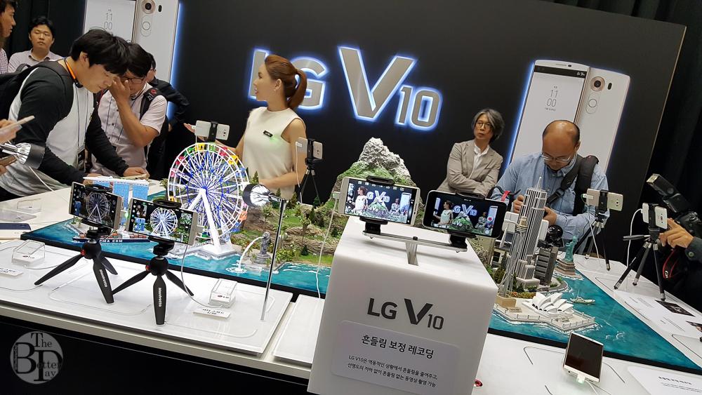 블로거들이 체험존 중앙에 위치한 존(zone)에서 LG V10의 '카메라' 기능을 체험하고 있다.