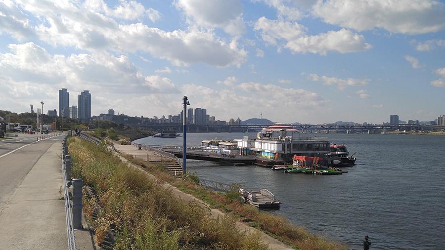 푸른 하늘을 배경으로 한 한강공원 사진