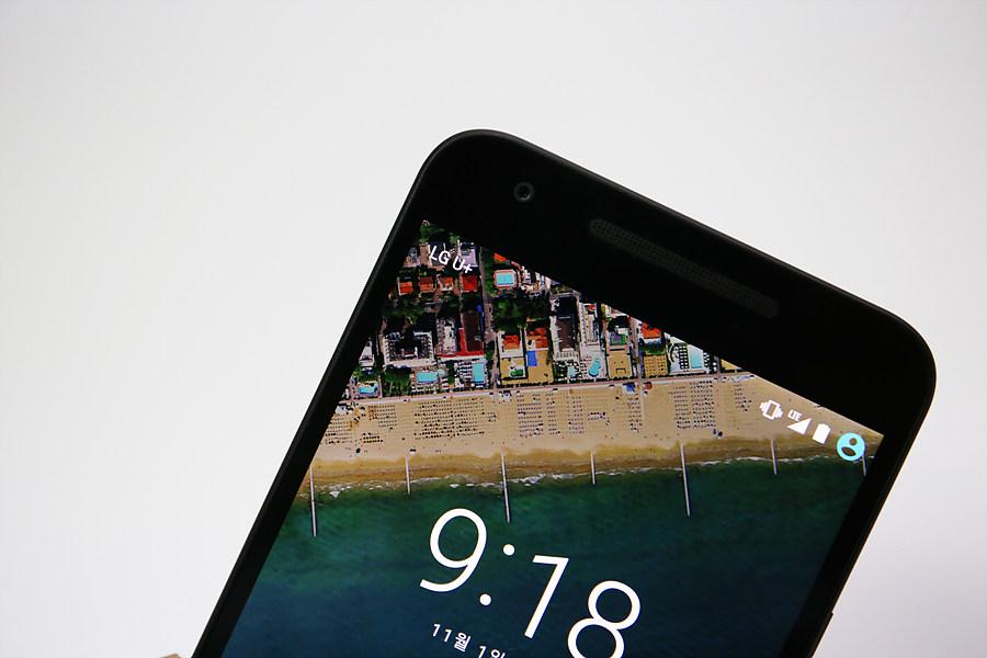 넥서스 5X 화면을 클로즈업한 사진. LTE와 통신사 표시가 눈에 띈다.