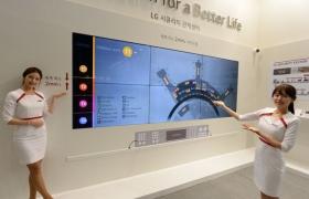 모델이 LG전자의 세계 최소 베젤 사이니지(VH7B)를 소개하고 있습니다.