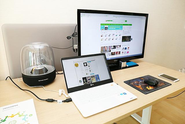 테이블 위에 노트북과 모니터가 놓여져 있다