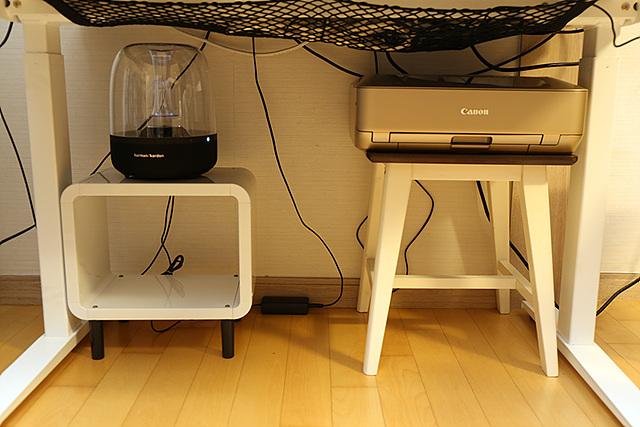 스탠딩 데스크 하단에 전구와 프린터를 배치한 모습