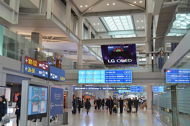 올레드 사이니지 광고판이 인천공항에 걸려있는 모습