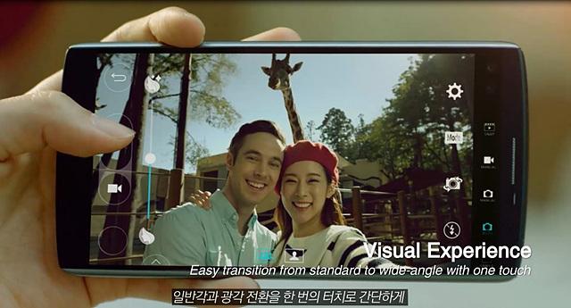 V10 화면에 셀피를 찍고 있는 커플의 모습이 보인다