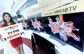 모델이 LG 올레드 TV를 소개하고 있습니다.