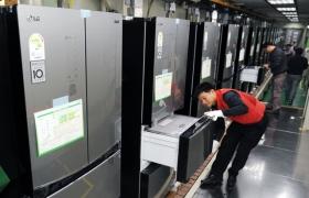 LG전자 김치냉장고 생산라인에서 직원들이 주말에도 쉬지 않고 '디오스 김치톡톡' 김치냉장고를 생산하고 있는 모습 입니다.