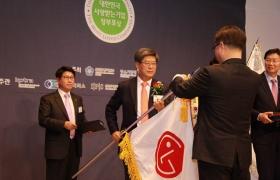 '대한민국 사랑받는 기업 정부포상' 시상식에서 LG전자 경영지원부분장 이충학 부사장이 표창장을 받고 있습니다.
