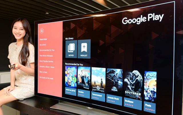 LG전자 모델이 '구글 플레이 무비 & TV' 앱을 소개하고 있습니다.