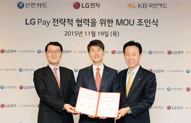 왼쪽부터  위성호 신한카드 대표이사,  조준호 LG전자 MC사업본부장,  김덕수 국민카드 대표이사 입니다.