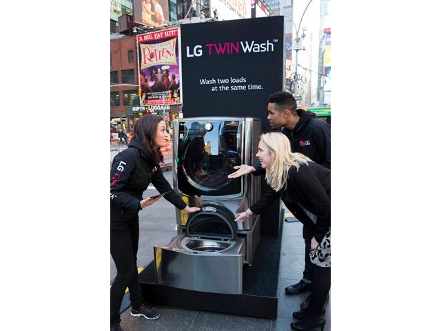 뉴욕 타임스 스퀘어에서 트윈워시를 설명하고 있습니다.