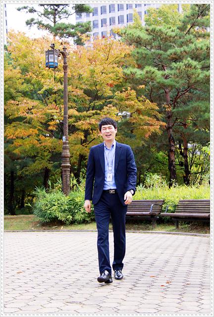네이비 수트에 하늘색 셔츠를 입은 김용희 대리의 모습