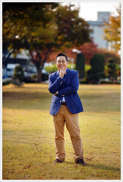 네이비 정장 재킷에 베이지 색상 면바지를 입은 허웅 대리의 모습