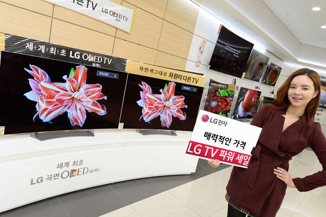 LG TV 파워세일 실시   : LG전자는 LG베스트샵을 비롯한 전국 판매점에서 올레드 TV, 슈퍼 울트라HD TV 등 30여 종의 프리미엄 TV를 대상으로 'LG TV 파워 세일'을 실시한다. LG전자는 올레드 TV를 최대 400만 원까지 할인된 가격에 구매할 수 있도록 캐시백, 모바일 상품권 등을 제공한다. 모델이 LG베스트샵 동교점에서 'LG TV 파워 세일' 행사를 소개하고 있다.