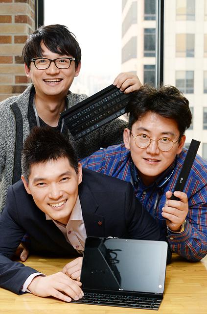 롤리키보드 개발자들이 제품과 함께 미소 짓고 있다