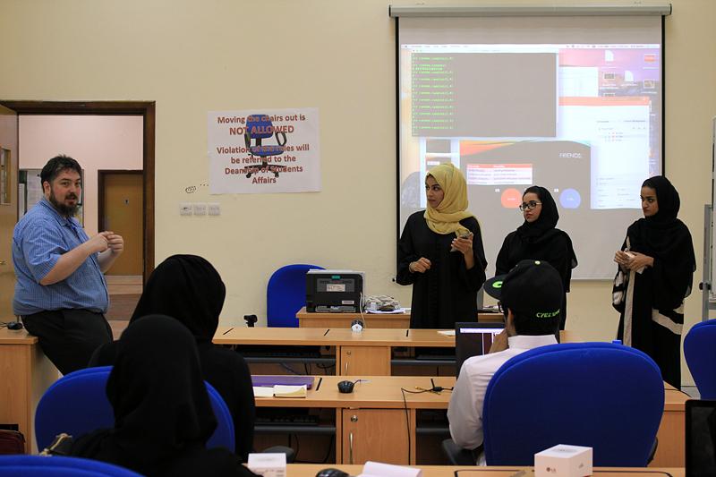 2등을 수상한 샤르자대학팀이 열심히 교육에 참여하고 있다