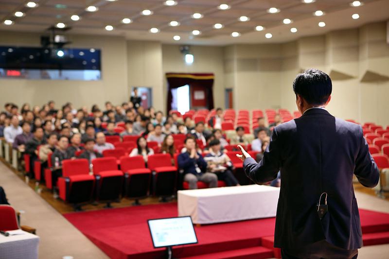 발표를 듣고 있는 청중의 모습