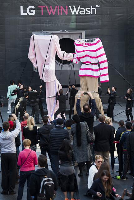 트윈워시 모형 앞에서 일상복과 잠옷의 격투를 벌이는 퍼포먼스를 시연 중이다