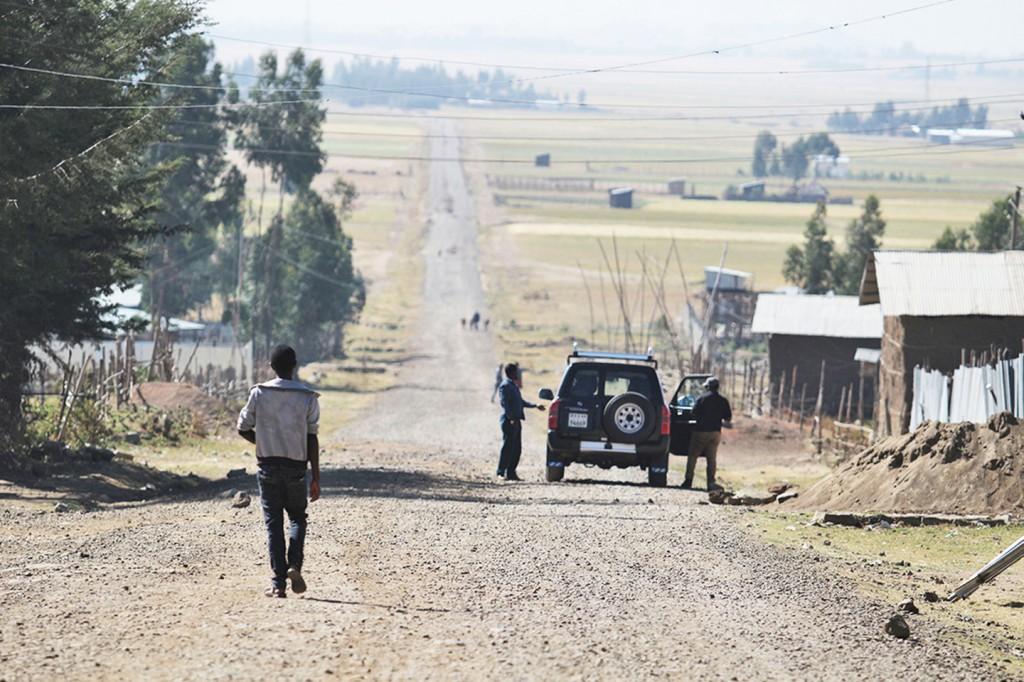 넓은 들판을 배경으로 에티오피아의 비포장도로가 길게 펼쳐진 모습