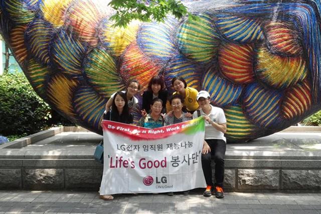 조형물 앞에서 찍은 단체사진