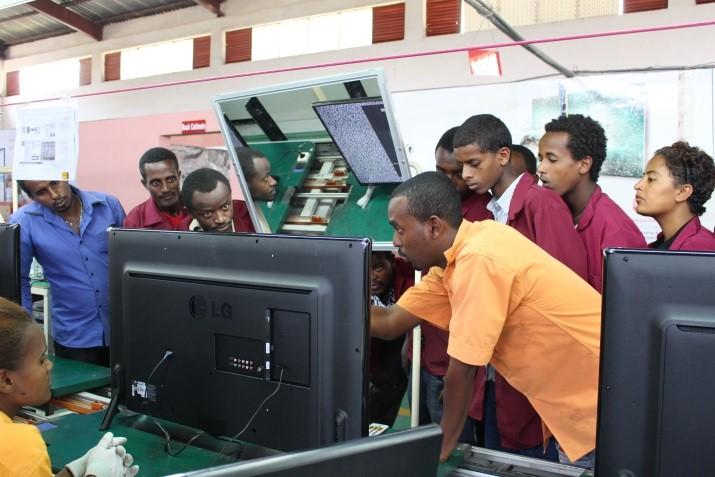 LG전자 조립공장에서 실습교육 중인 LG-KOICA 희망직업훈련학교 학생들
