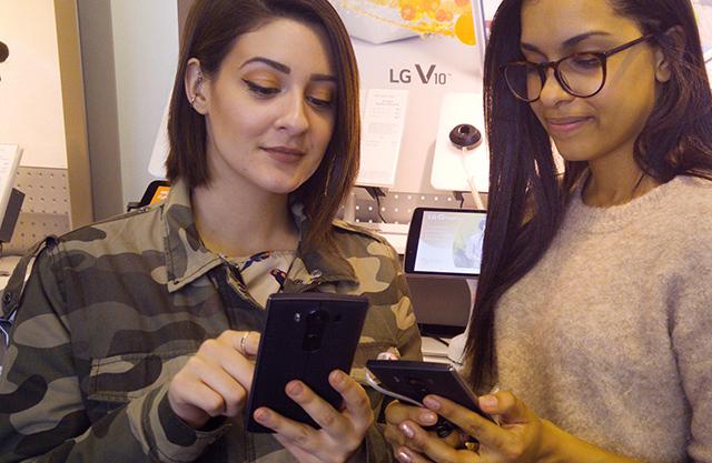 美 뉴저지의 한 스마트폰 매장에서 고객들이 V10을 살펴보고 있다.