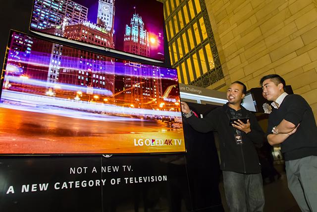 미국 뉴욕 그랜드 센트럴역의 LG전자 올레드 TV 전시 부스를 찾은 방문객들이올레드 TV로 상영하는 미디어아트를 관람하고 있습니다.