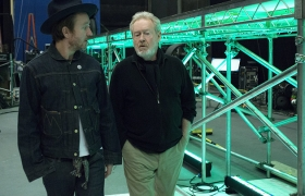 이번 광고 제작을 맡은 세계적인 영화감독 리들리 스콧(오른쪽)과 제이크 스콧(왼쪽)이 촬영장에서 의논하고 있습니다.