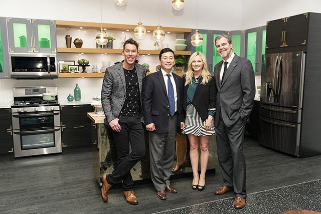 맨 왼쪽부터 미국 인테리어 전문채널인 HGTV의 유명 디자이너 데이비드 브롬스태드, 조주완 LG전자 미국법인장, 유명 디자이너 에밀리 헨더슨, LG전자 미국법인 데이비드 반더월 마케팅총괄이 포즈를 취하고 있습니다.