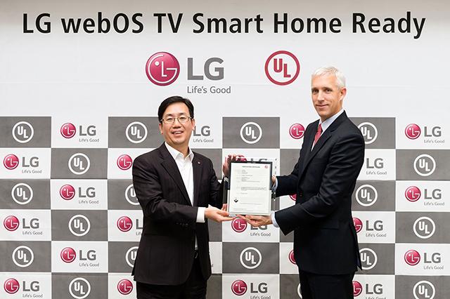 LG전자 HE사업본부 TV상품기획FD 담당 김상열 상무(왼쪽)가 UL 아태지역총괄 제이슨 피셔(Jason Fischer) 사장으로부터 검증서를 전달받고 있습니다.