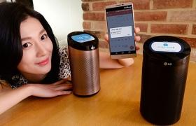 모델이 스마트홈 서비스는 물론 화면과 음성으로 정보를 알려주고, 음악까지 들려주는 '스마트씽큐 허브'를 소개하고 있습니다.