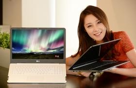 모델이 서울 여의도 LG 트윈타워에서 울트라 PC 신제품을 소개하고 있습니다.
