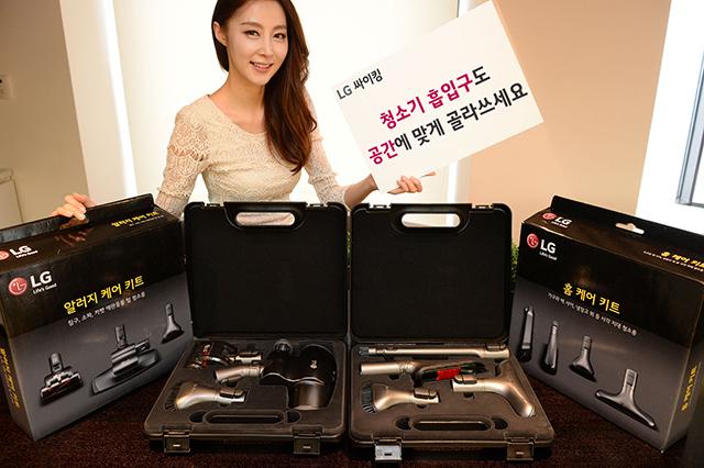 모델이 LG전자 다용도 흡입 키트를 소개하고 있다.