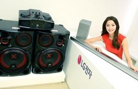 모델이 여의도 쇼룸에서 LG전자의 새로운 무선 오디오를 선보이고 있습니다.