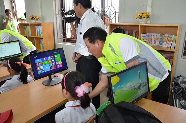 미얀마 아이들에게 알려주눈 IT교실 모습